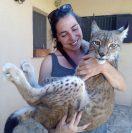 Elvi, nuestra veterinaria favorita, achucha a Nidawi